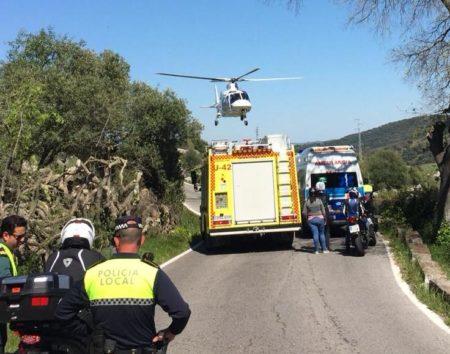 Bomberos de Ubrique rescatan a la copiloto de una moto, tras caer a un riachuelo en Grazalema