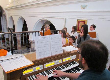 Daniel Borrego dirige desde el órgano.