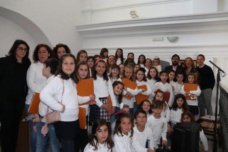 La escolanía de la parroquia, voces de cuarenta niñas y niños dirigidas por Daniel Borrego Marente