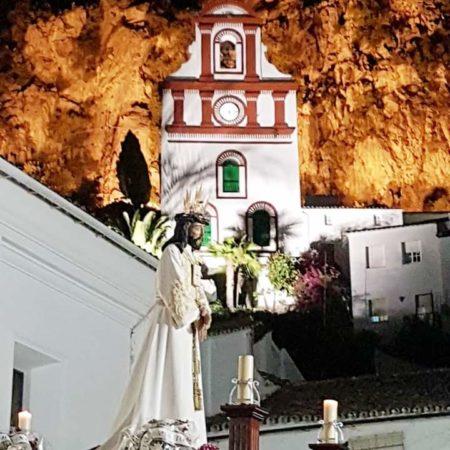La procesión, a su salida, con la ermita de San Antonio al fondo (Foto: Inmaculada García Macías).