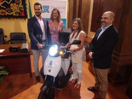 La Diputación entrega al municipio dos motos eléctricas, una para inspección de obras y otra para control de tráfico