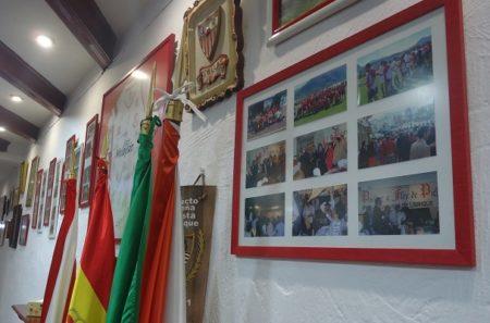 Cuadros y banderas en el interior del local.
