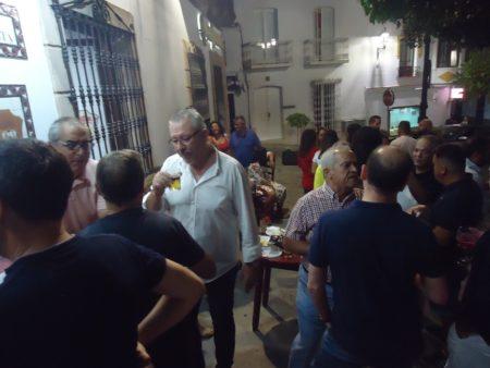 Socios departiendo en la Plaza de Colón (Pilita de Abajo).