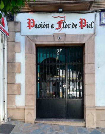 Lema de la Peña Sevillista, en el frontispicio de la entrada de la nueva sede.