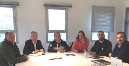 El senador Alfonso Moscoso y la alcaldesa de Ubrique, Isabel Gómez, con representantes del sector de la piel.