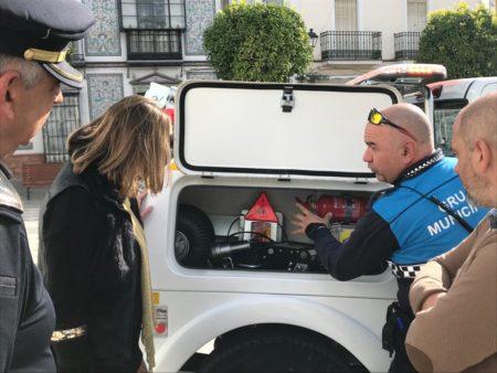 Un operario explica las características de la nueva grúa a la alcaldesa.