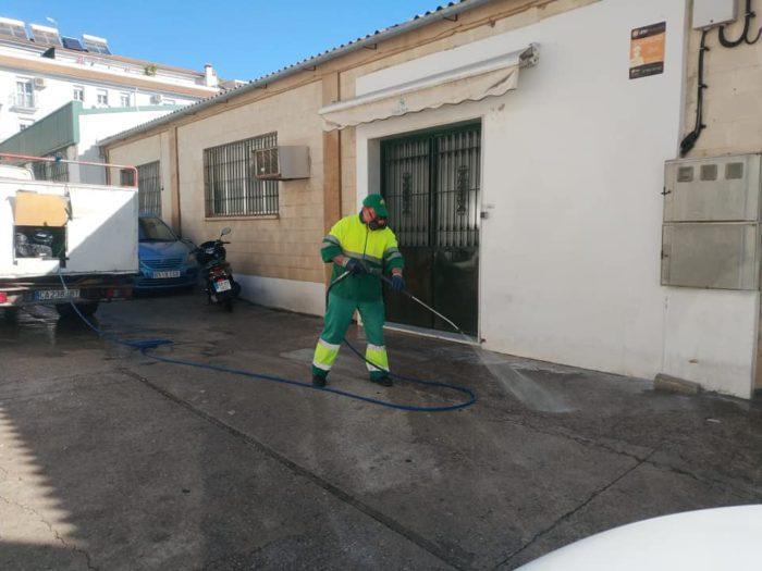 Trabajos de desinfección (Foto: Radio Ubrique).