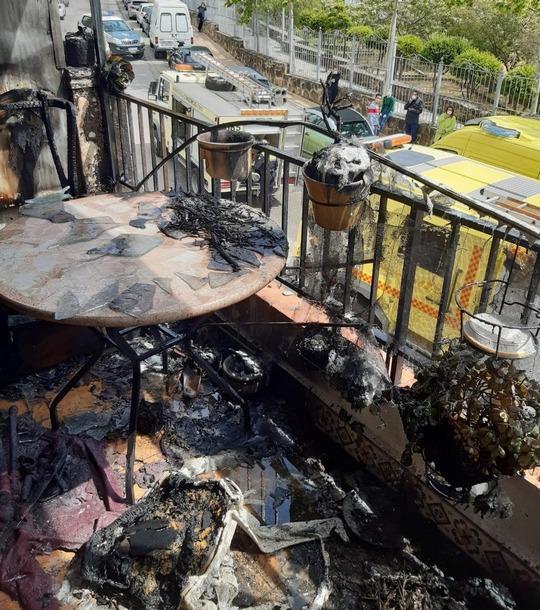 Enseres quemados en la terraza incendiada (Foto: Consorcio de Bomberos).