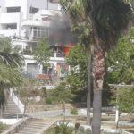 Los bomberos sofocan un incendio iniciado en un hornillo en la terraza de una vivienda y propagado a otra contigua