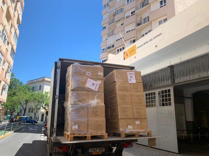 Llegada de las cajas con mascarillas a la Subdelegación del Gobierno en Cádiz.