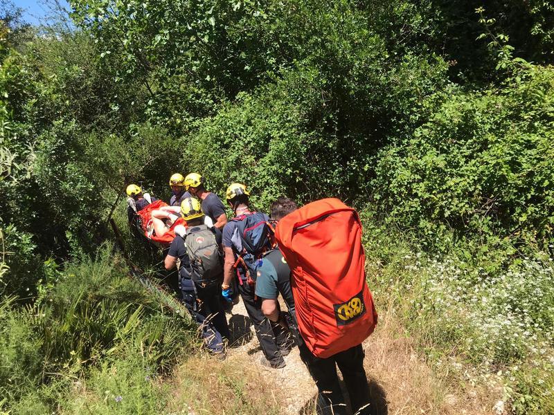 Bomberos de Ubrique auxilian a una senderista accidentada en Zahara