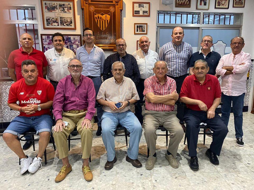 Reunión de los sucesivos presidentes de la Peña Sevillista, con motivo de la inauguración de su nueva sede
