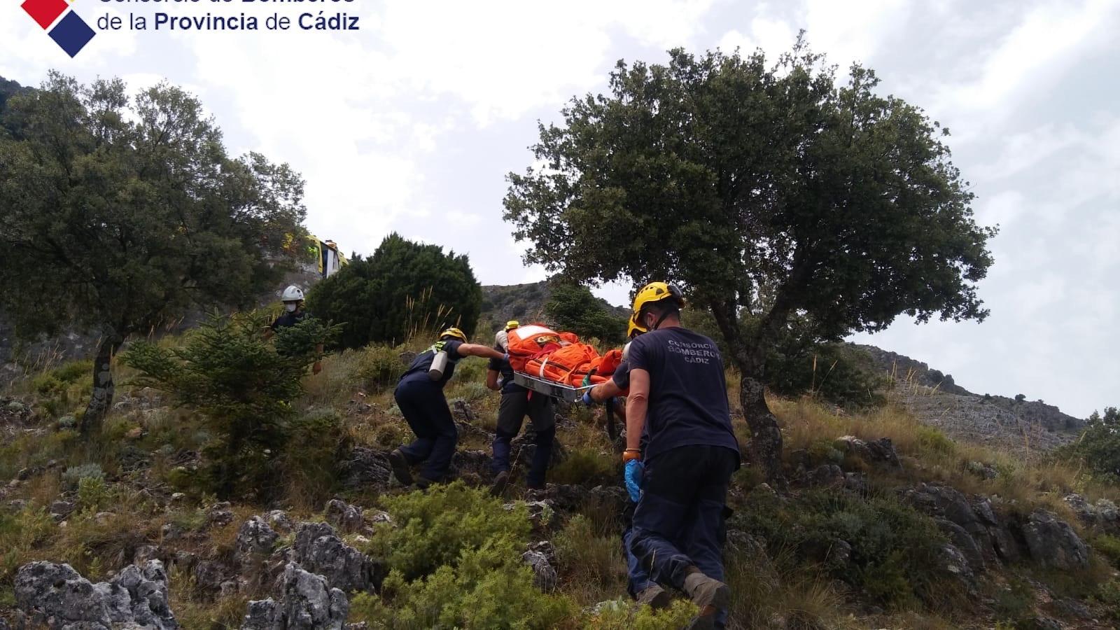Bomberos del grupo de montaña de Ubrique rescatan el cadáver de un ciclista fallecido en el Puerto de las Palomas