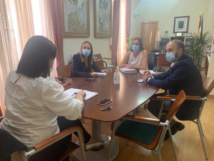 La alcaldesa de Ubrique, con la diputada provincial de Empleo y el presidente de la Mancomunidad.