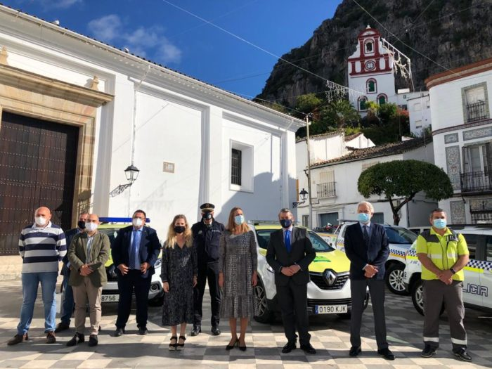 Representantes de la Junta y del Ayuntamiento tras la firma del convenio.