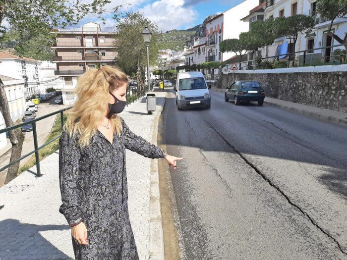 La delegada de la Junta señala un tramo de la carretera que va a ser arreglada.