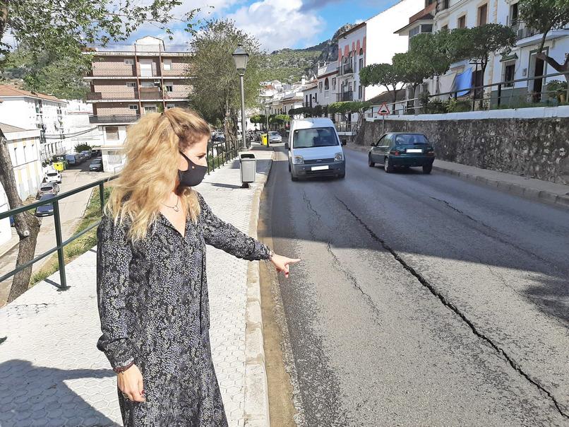 La delegada de la Junta promete la mejora de un tramo de la carretera A-373 a su paso por Ubrique