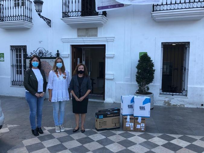La alcaldesa, Isabel Gómez, entre la diputada provincial Isabel Gallardo y la concejala de Nuevas Tecnologías, Trinidad Jaén.