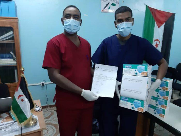 Sanitarios saharauis muestran el material recibido.