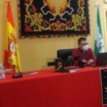 El autor, Manuel Castro, entre la alcaldesa, Isabel Gómez, y el concejal delegado de Turismo, José Antonio Orellana.