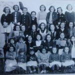 La maestra Francisca Gutiérrez García, con sus alumnas, en los años 40 (Foto: archivo familiar del autor).