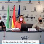 La alcaldesa, Isabel Gómez, entre el concejal y diputado provincial Miguel Ángel Chacón, y el responsable de Recaudación del Ayuntamiento, Rafael Ramos.