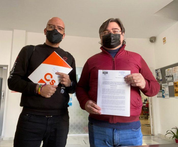 Jorge Oliva, concejal, y Pepe Montiel, miembro de la agrupación, en el momento de la presentación de la moción.