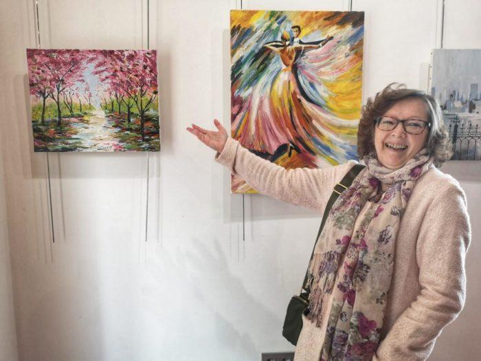 An aMary García Rodríguez muestra algunos de sus cuadros.