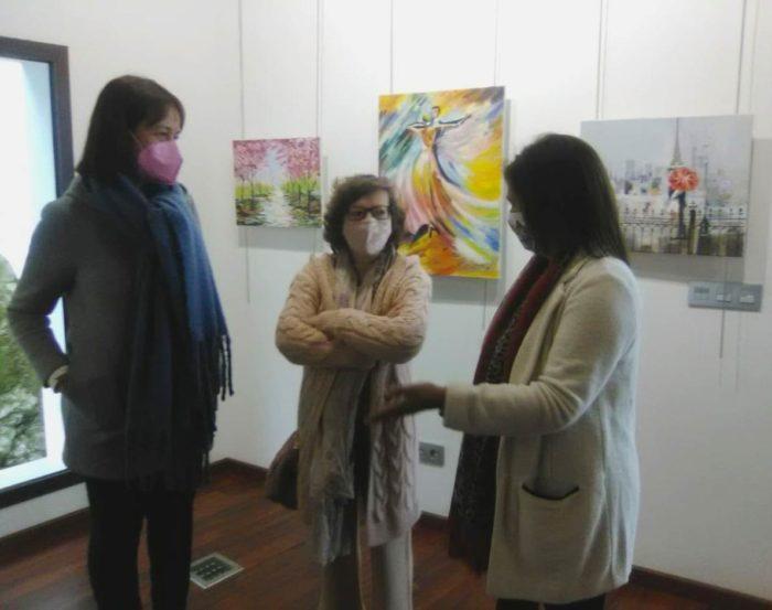 La autora, con representantes del Ayuntamiento.