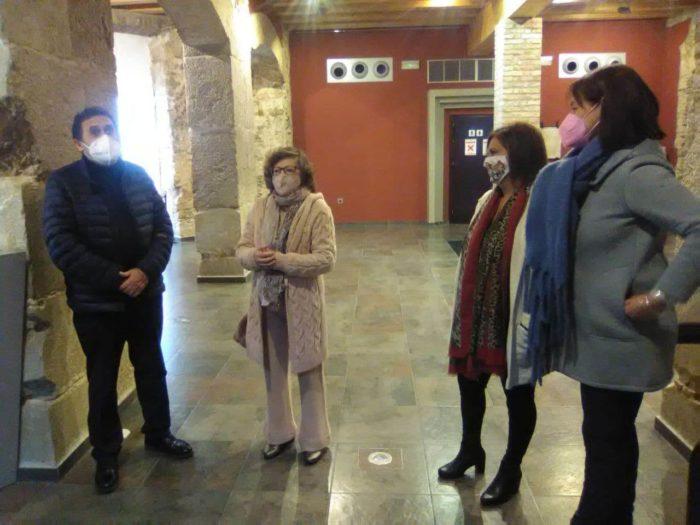 Ana Mary García Rodríguez, con Juan Manuel Román García y dos representantes del Ayuntamiento, en la inauguración de la exposición.