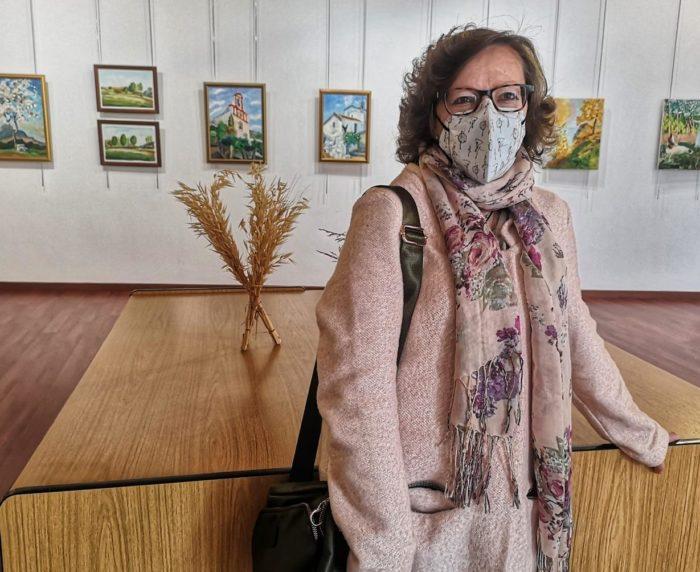 La autora, Ana María García, en la exposición (Foto: Antonio Morales Benítez).