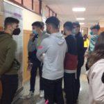 Alumnos del IES Los Remedios de Ubrique visitan la exposición sobre el trabajo esclavo de prisioneros republicanos.