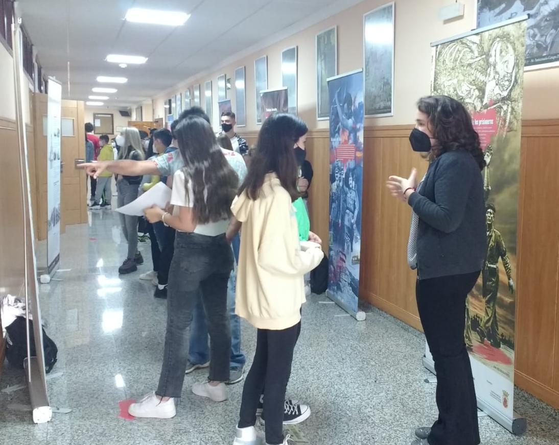Alumnado del IES Los Remedios, en la exposición.