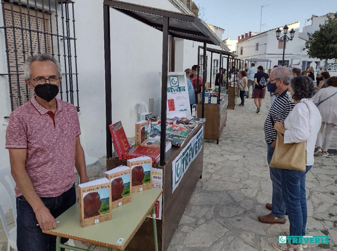 El <i>stand</i> de Editorial Tréveris en la Feria del Libro de Bornos, con el escritor Rafael Ramos