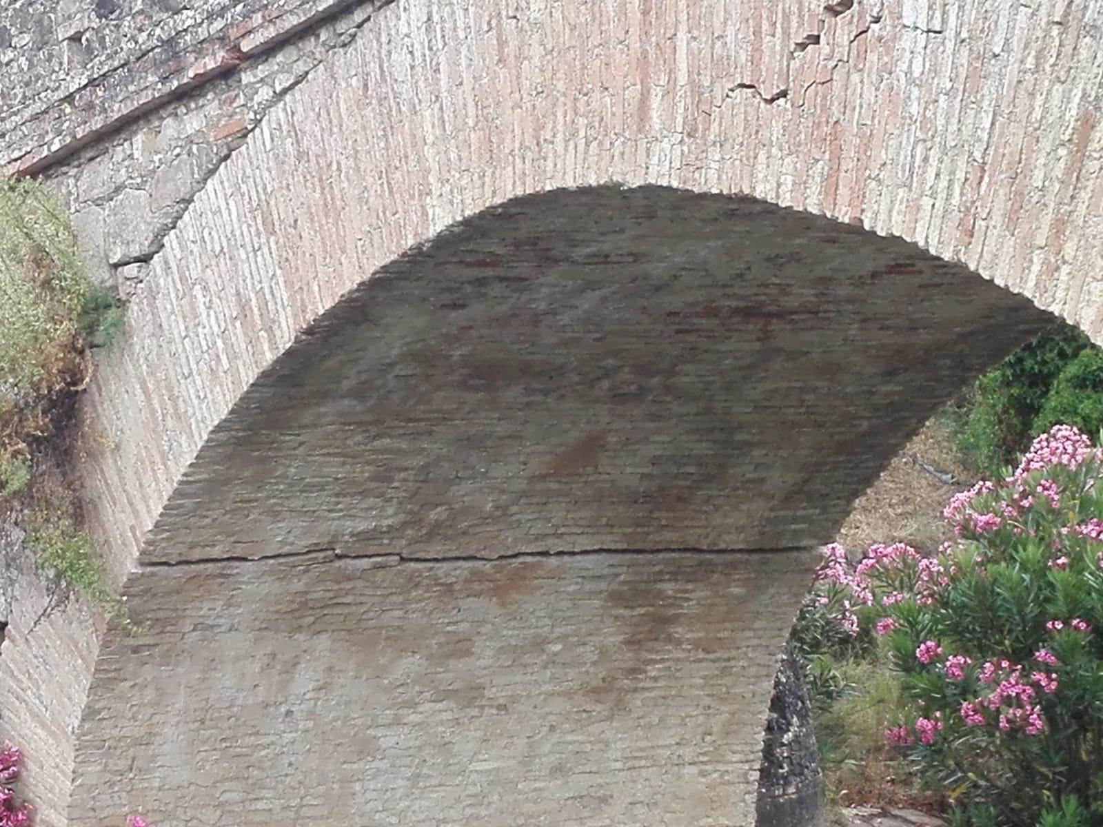Grietas interiores del puente situado en la Vega del Realejo sobre el arroyo Garganta Barrida.