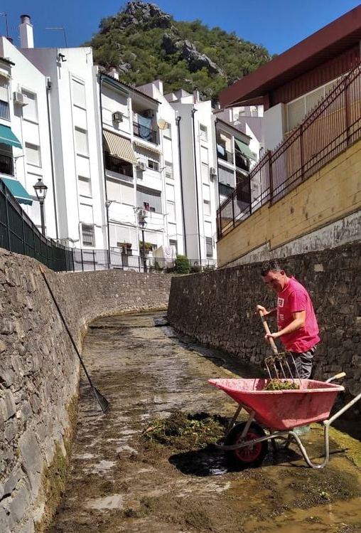 Trabajos de limpieza del río.