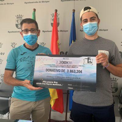 José Antonio Nieto entrega el cheque solidario a la familia Gómez Oñate