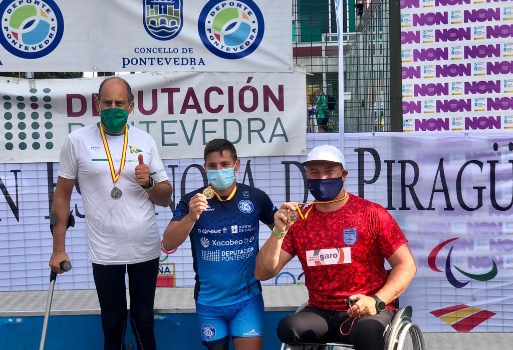 Antonio J. Gómez, con una de sus medallas.