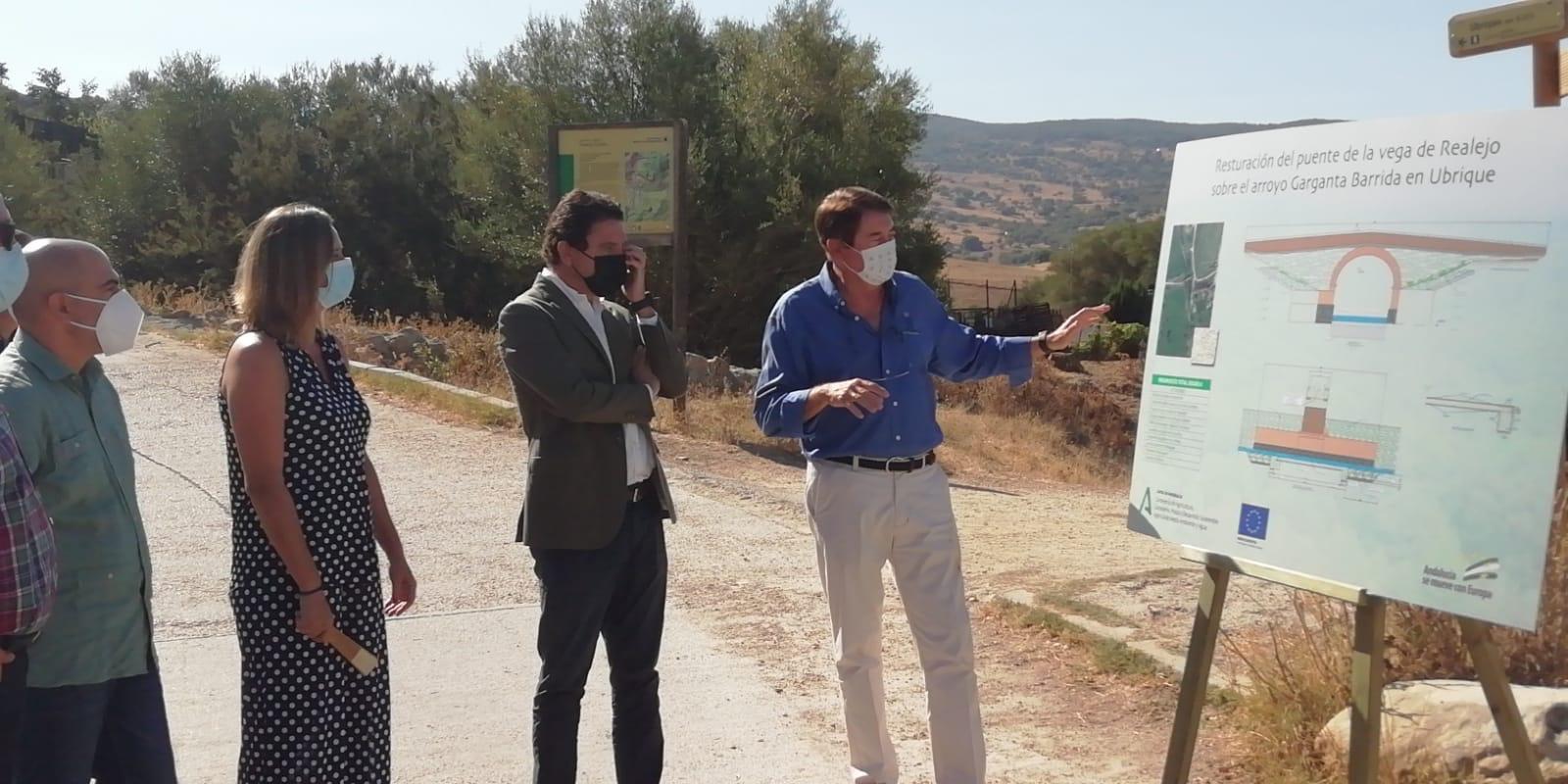 El delegado territorial de la Junta explica el proyecto de rehabilitación del puente.