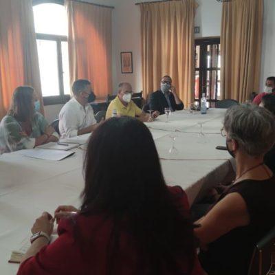 Isabel Gómez, coordinadora del grupo de impulso del PSOE en la provincia, con los sectores económicos de la Sierra