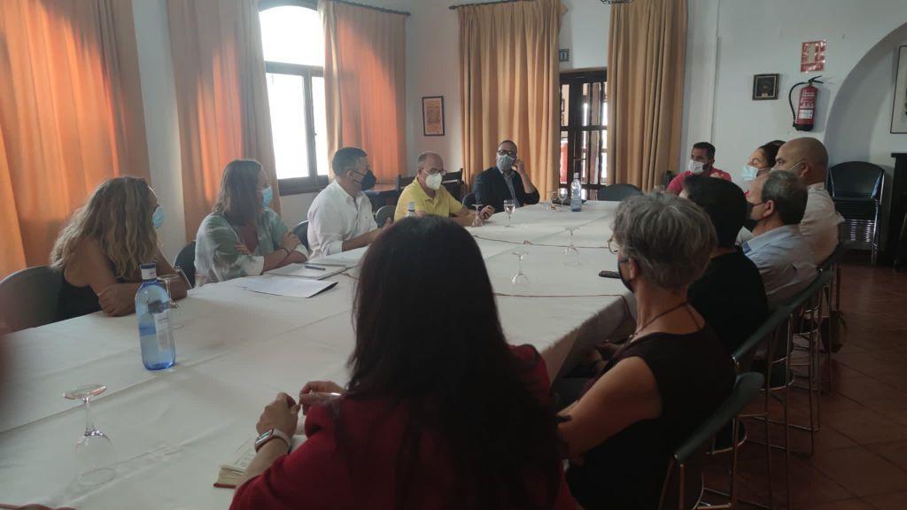 La alcaldesa de Ubrique, Isabel Gómez, entre las participantes en la reunión de representantes socialistas en El Bosque.