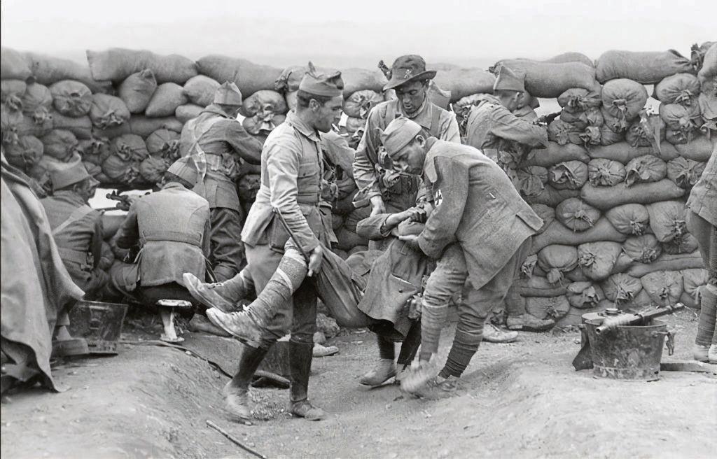 Soldados españoles defienden su posición en Dar Drius, en 1921. José María Díaz Casariego (reproducido en La Marea).
